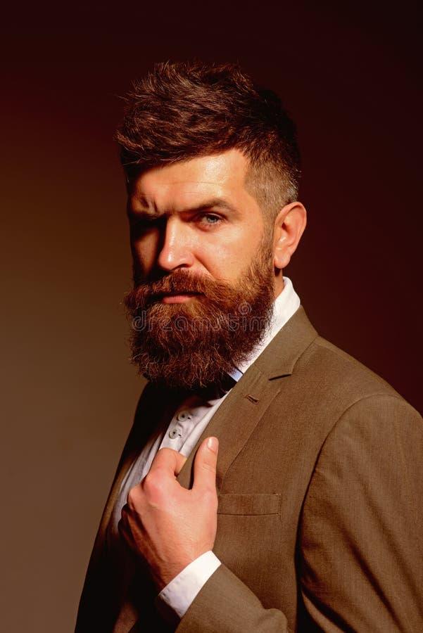 Segua le tendenze sane di affari per non adattare le tendenze Uomo con la barba lunga nell'usura di affari Uomo barbuto dopo il n immagini stock libere da diritti