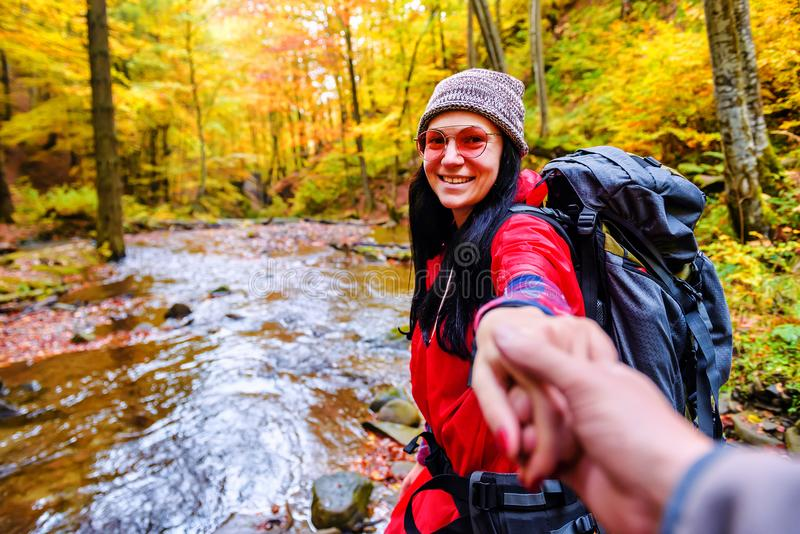 Seguami con la ragazza nella foresta di autunno fotografia stock libera da diritti
