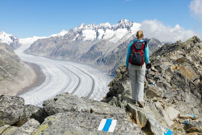 Seguami nella natura ed aumenti la montagna fotografia stock