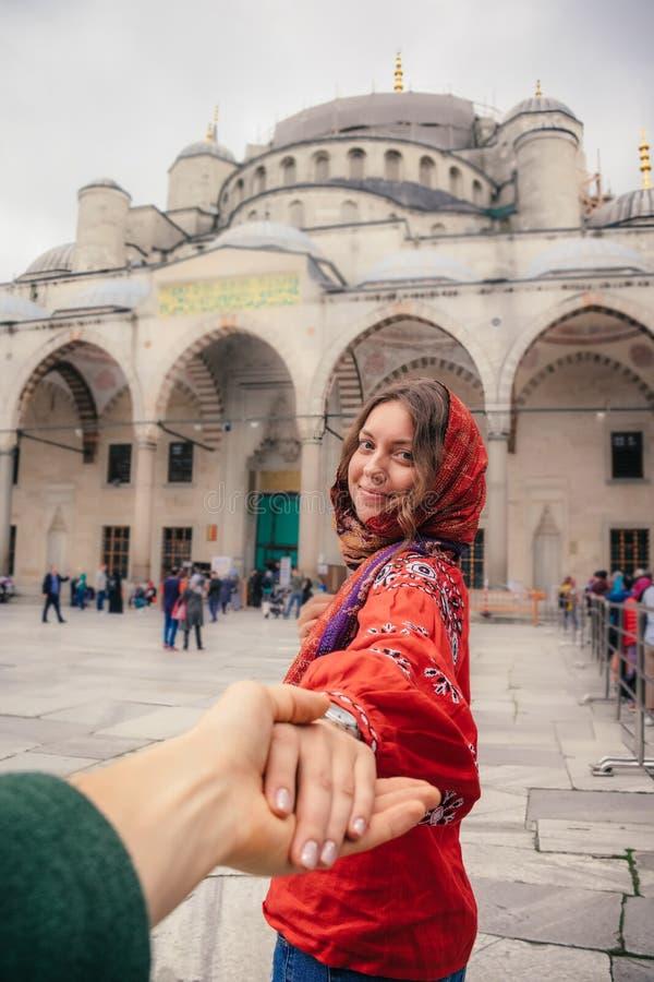 Seguami per viaggiare concetto a Costantinopoli vicino alla moschea di Aya Sofia, Turchia fotografie stock