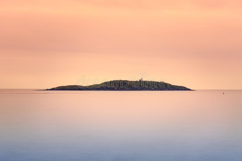Seguin wyspa przy zmierzchem z gładkim oceanem obraz stock