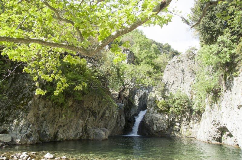 Segunda cascada que cae a través de los acantilados en el río de Fonias en la isla de Samothrace, Grecia foto de archivo libre de regalías