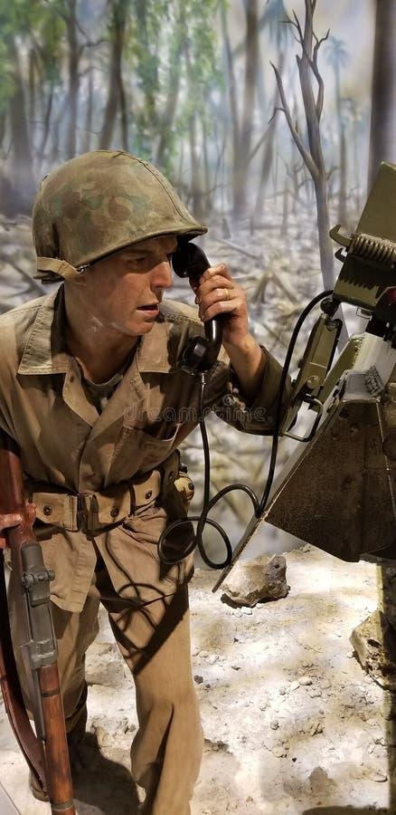 Segunda Guerra Mundial Marine Corps Rifleman detr?s de un tanque imágenes de archivo libres de regalías