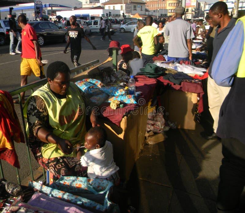 A segunda mão veste o vendedor em Harare fotos de stock royalty free