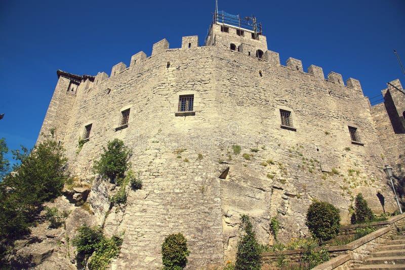 Segunda torre o Rocca Cesta en la vertical de San Marino de los di de Repubblica imagenes de archivo