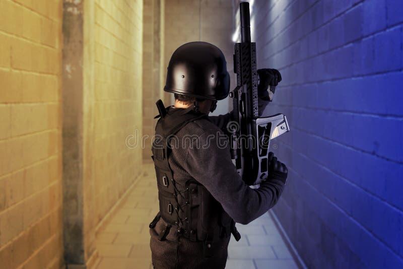 Segurança aeroportuária, polícia armada fotografia de stock