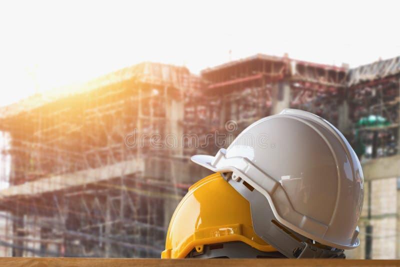 segurança amarela e branca do capacete na construção fotos de stock royalty free