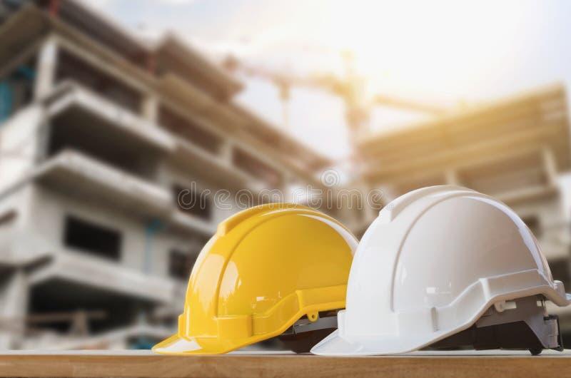 segurança amarela e branca do capacete na construção fotos de stock
