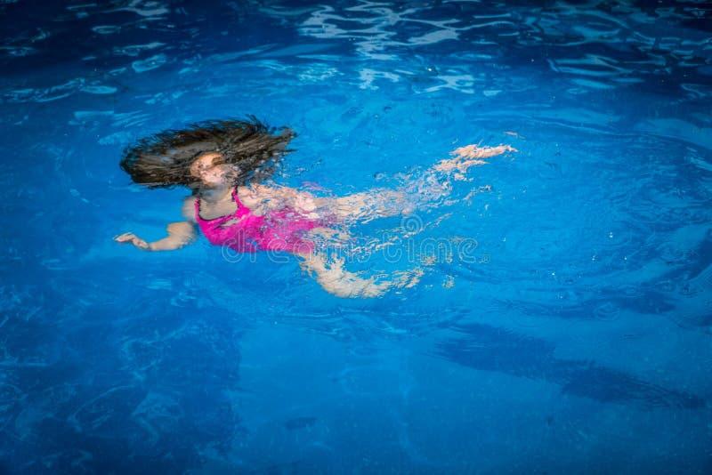 Segurança da associação - menina subaquática foto de stock royalty free