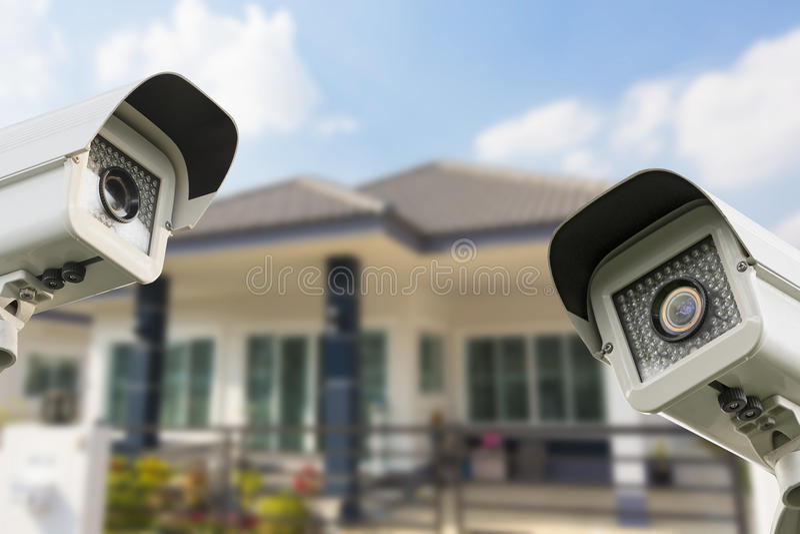 Segurança da câmera da casa do CCTV que opera-se na casa imagem de stock royalty free