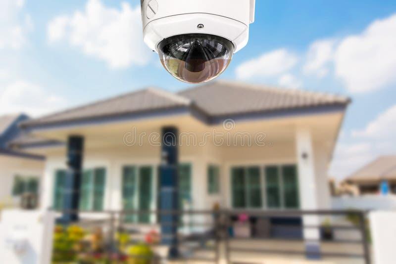 Segurança da câmera da casa do CCTV que opera-se na casa fotos de stock royalty free