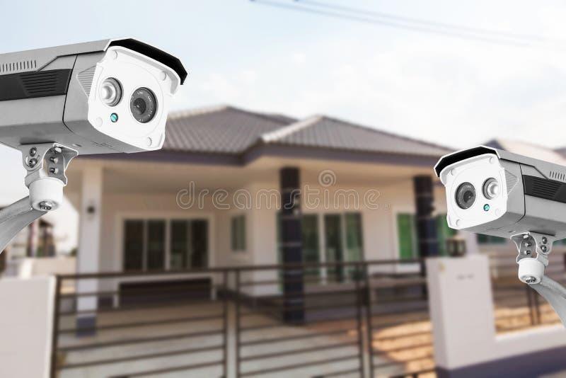 Segurança da câmera da casa do CCTV que opera-se na casa imagens de stock