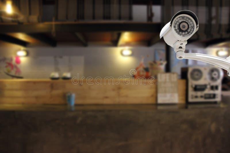 Segurança da câmera do CCTV em uma barra contrária no hotel fotos de stock