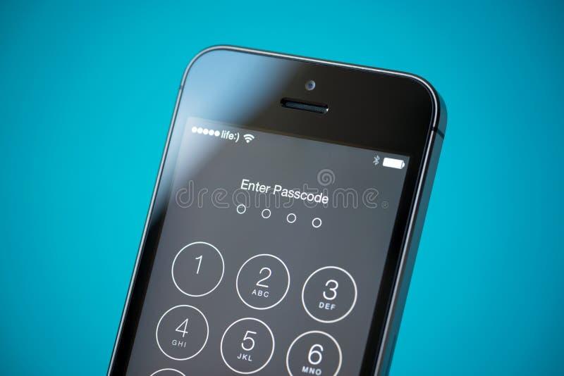 Segurança da senha no iPhone 5S de Apple foto de stock royalty free