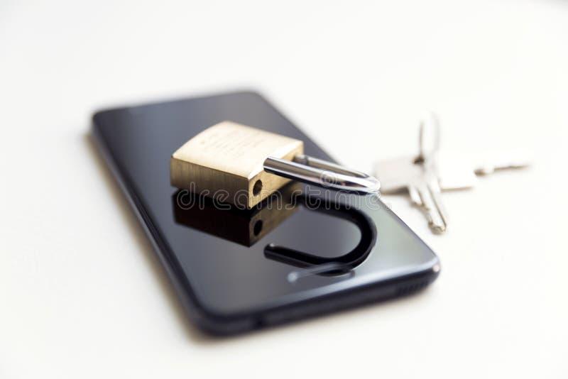 Segurança de dados do telefone celular - fechamento, chaves e telefone no fundo branco fotografia de stock