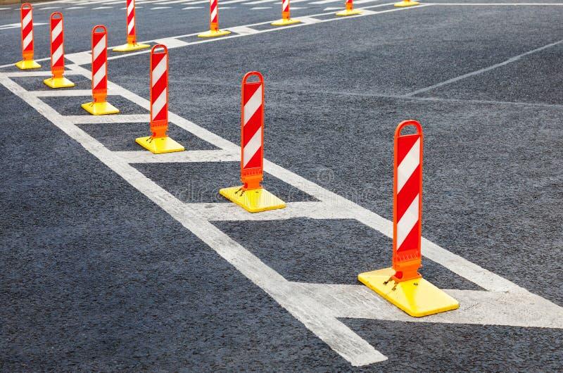 Segurança de tráfego Marcações do tráfego em um asfalto cinzento fotografia de stock royalty free