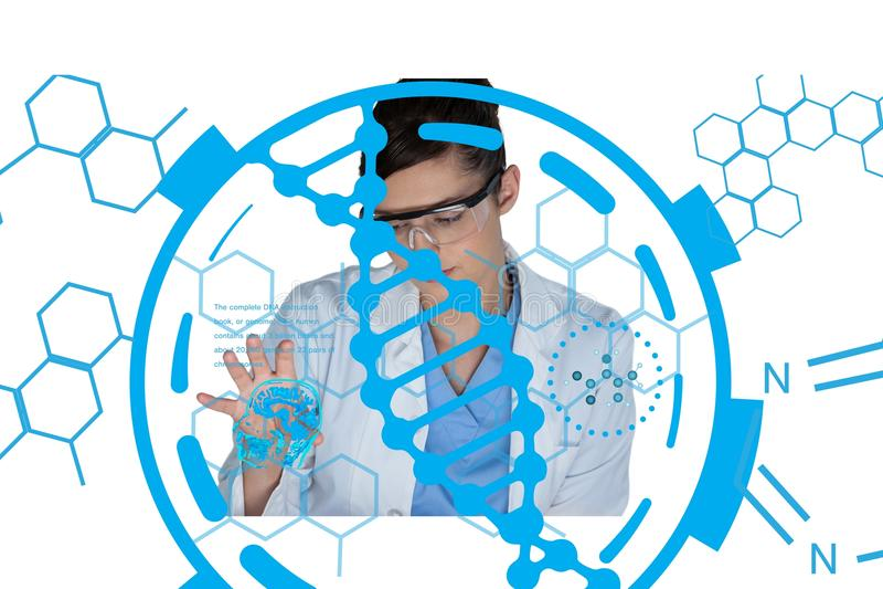 A segurança do cientista que veste vidros e um revestimento do laboratório está trabalhando em uma mesa contra o fundo do ADN fotografia de stock royalty free