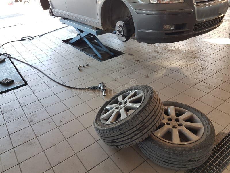 segurança em mudança do serviço dos pneumáticos da mudança do carro fotos de stock royalty free