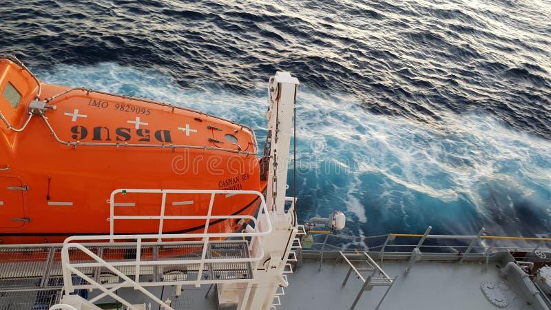 Segurança em primeiro lugar! A canoa de salvação está pronta! imagem de stock