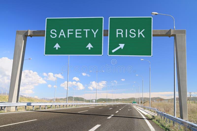 Segurança ou risco. Faça uma escolha imagem de stock