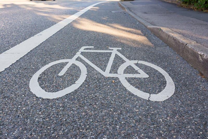 Segurança pintada de Asphalt Bicycle Lane Sign White da rua fotografia de stock royalty free