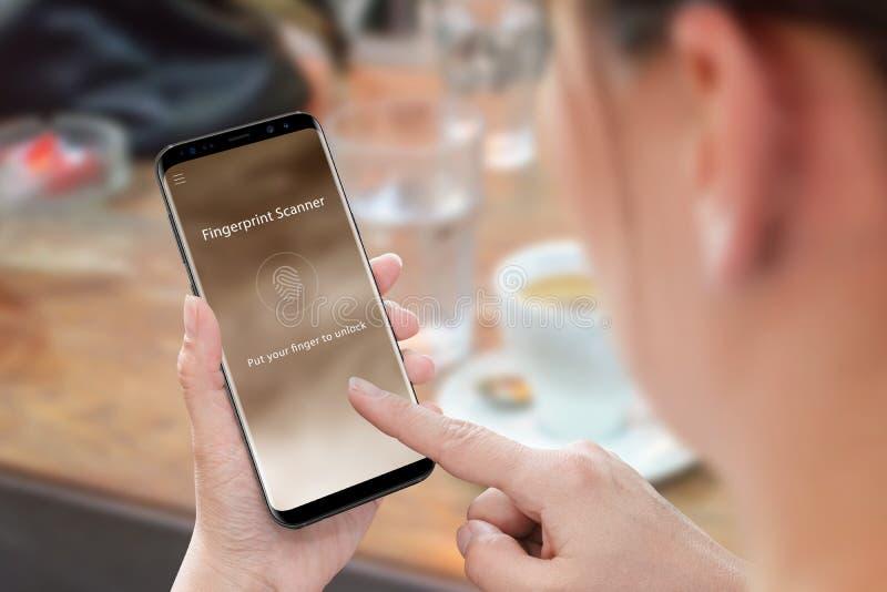 Seguridad app de la huella dactilar del uso de la mujer para la seguridad del teléfono móvil y de los datos imágenes de archivo libres de regalías