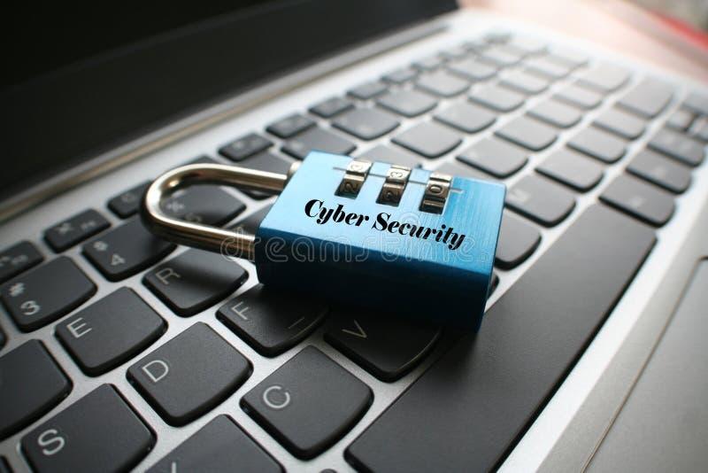 Seguridad cibernética con la cerradura de combinación en el teclado de ordenador portátil fotos de archivo