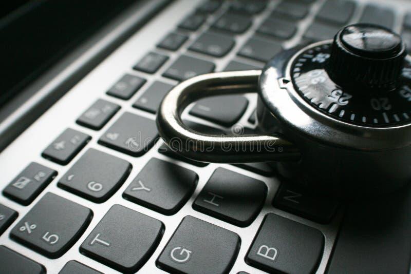 Seguridad cibernética con la cerradura de combinación negra en cierre del teclado del ordenador portátil encima de alta calidad imagenes de archivo