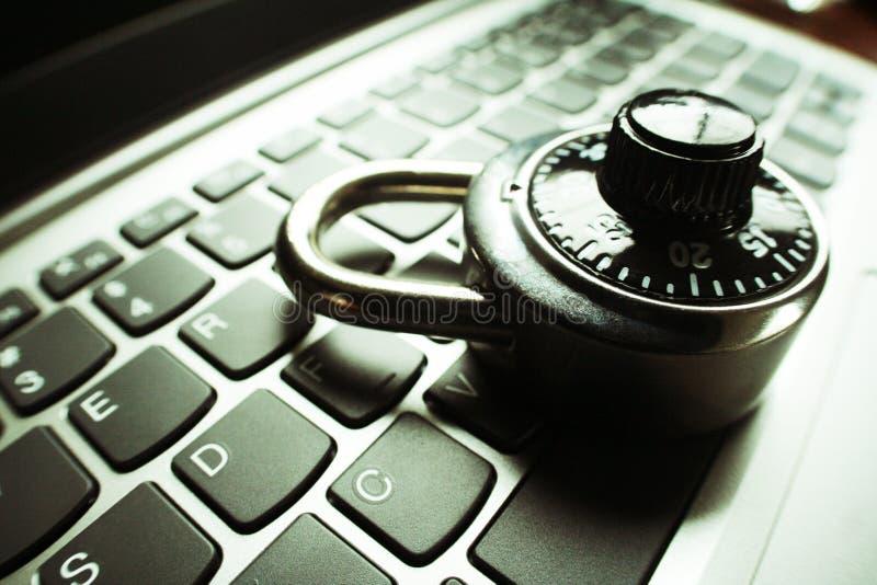 Seguridad cibernética con la cerradura en cierre del teclado de ordenador encima de alta calidad imagen de archivo libre de regalías