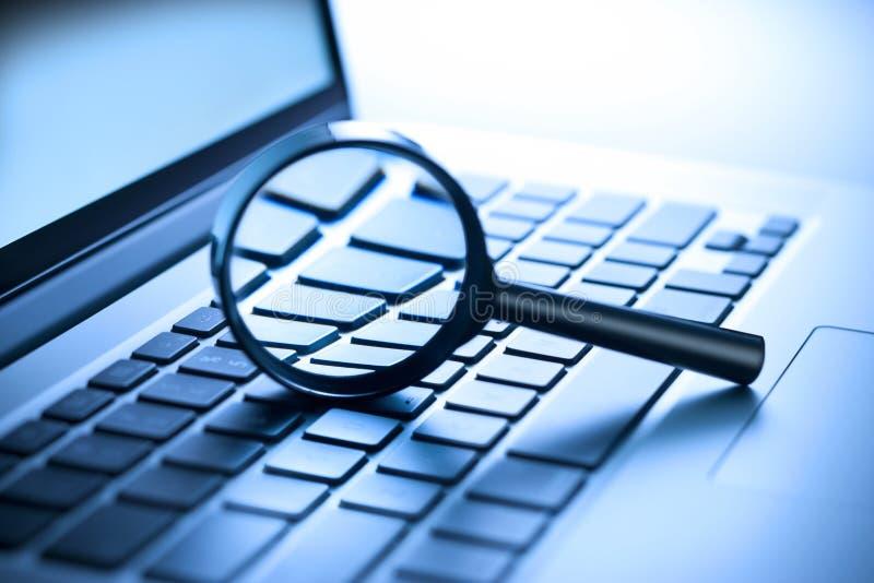 Seguridad de la lupa del ordenador fotografía de archivo
