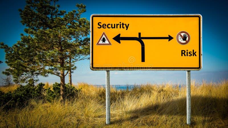 Seguridad de la placa de calle contra riesgo fotos de archivo libres de regalías