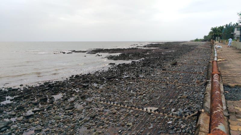 Seguridad de la playa por el alambre actual vivo fotos de archivo libres de regalías