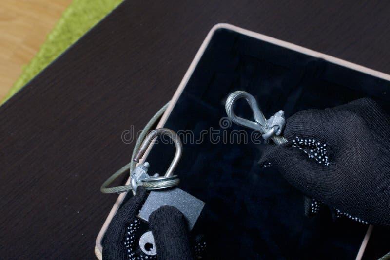 Seguridad de ordenador Protección del acceso a los datos La tableta es protegida por un cable de la seguridad y una cerradura Un  imagen de archivo
