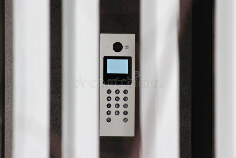 Seguridad de una casa con un intercomunicador en la entrada o la puerta vigilancia y sistemas de seguridad video electrónicos pro imagenes de archivo