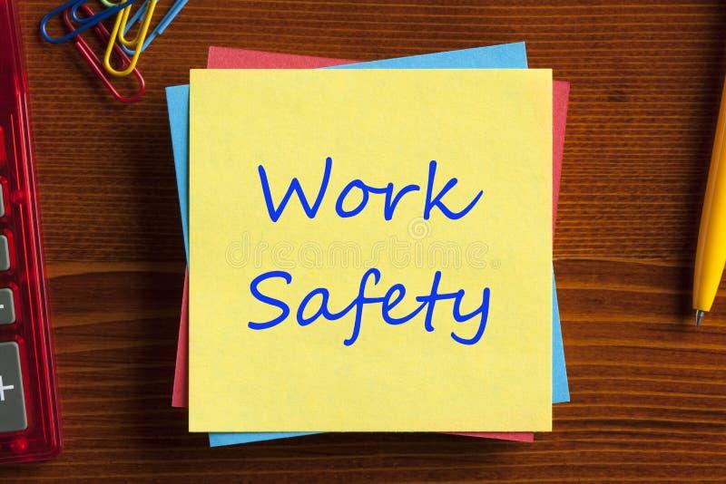 Seguridad del trabajo escrita en nota foto de archivo