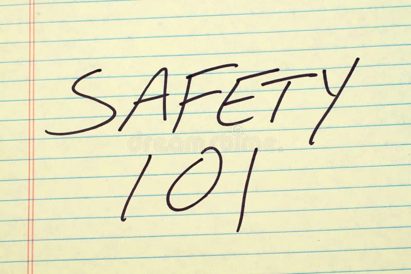 Seguridad 101 en un cojín legal amarillo fotografía de archivo