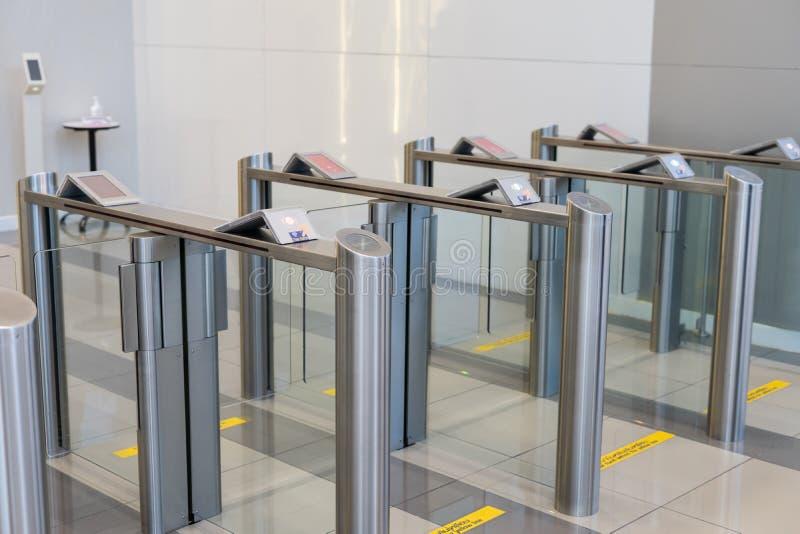 Seguridad en una puerta de la entrada con el edificio de oficinas elegante del control de acceso de la llave electrónica imagenes de archivo