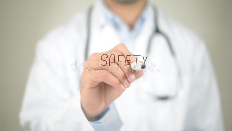 Seguridad, escritura del doctor en la pantalla transparente imagen de archivo libre de regalías