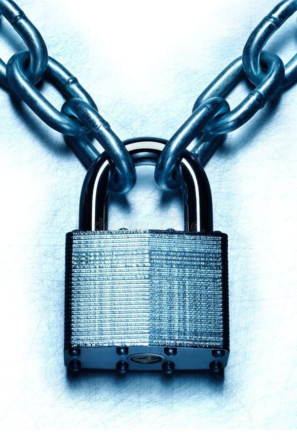 Seguridad impenetrable representada conceptual con la cerradura y la cadena fotografía de archivo libre de regalías