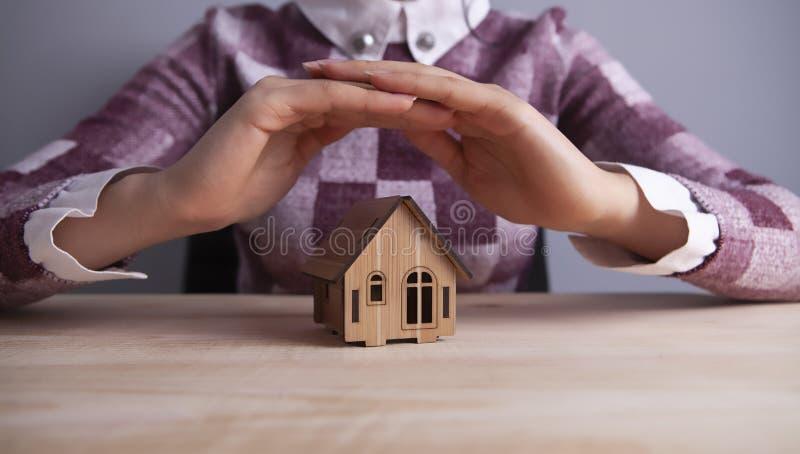 Seguro da casa da mulher de negócios fotografia de stock