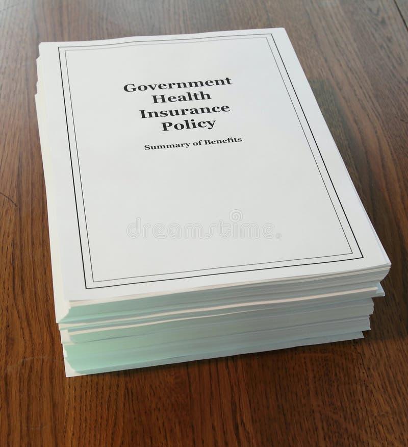 Seguro da saúde do governo em uma mesa. imagem de stock