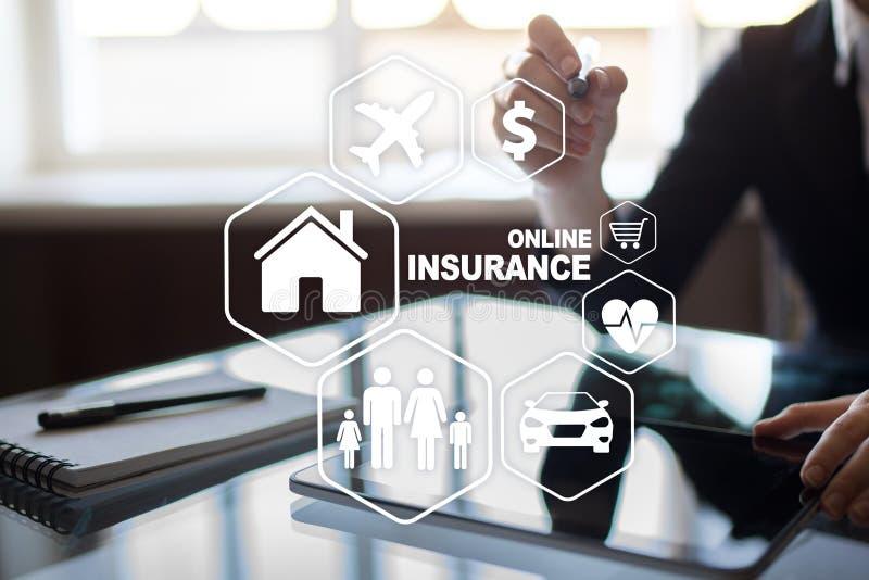 Seguro em linha na tela virtual Vida, carro, propriedade, saúde e família Conceito do Internet e da tecnologia digital fotos de stock