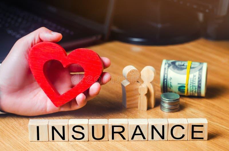 Seguro médico del concepto, familia, niños, seguro de vida corazón en las manos de un hombre de negocios dólares, monedas y famil fotos de archivo