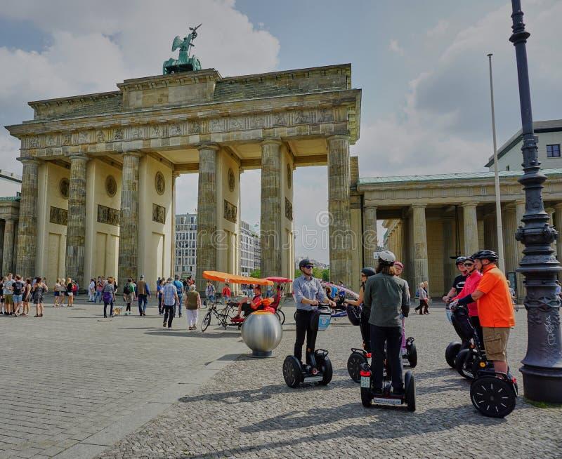 Segways的游人在勃兰登堡门前面在柏林 免版税图库摄影