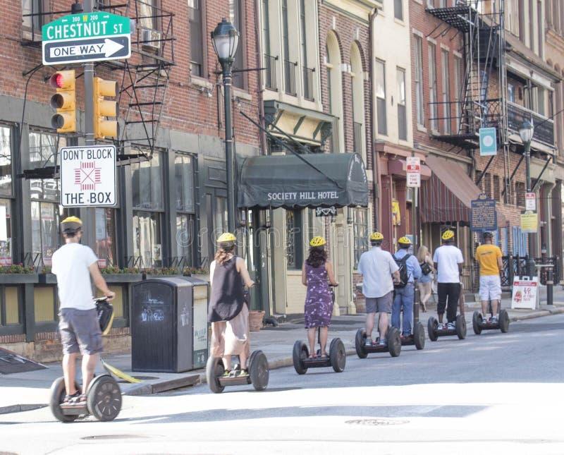 Segways的游人在栗子街道,费城上 免版税库存照片