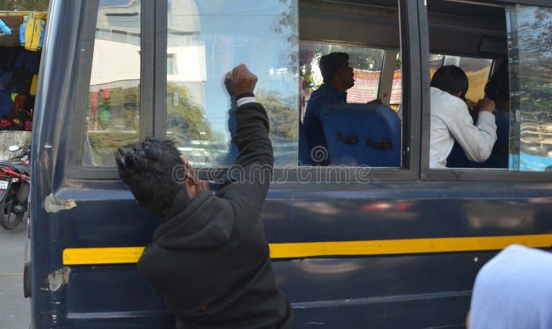 Sehbehinderte Studenten, die Fenstergläser Polizeibusse bremsen lizenzfreie stockfotografie