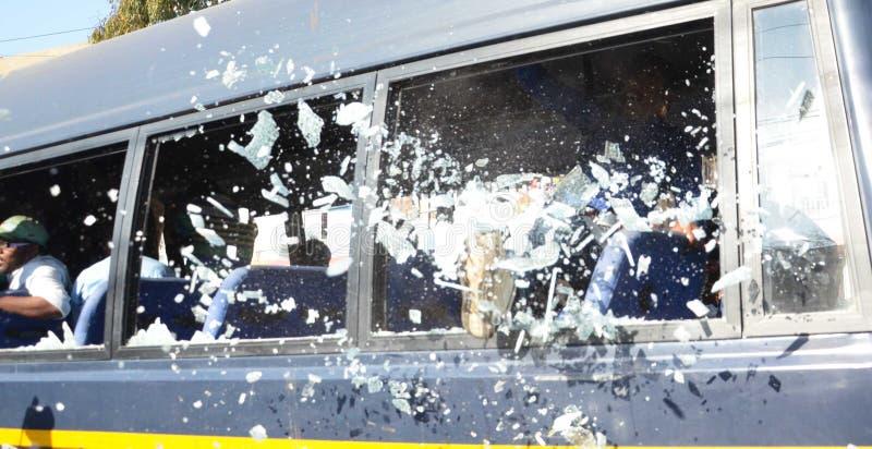 Sehbehinderte Studenten, die Fenstergläser Polizeibusse bremsen stockfoto