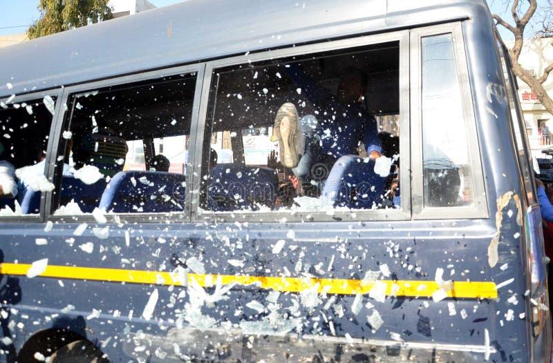 Sehbehinderte Studenten, die Fenstergläser Polizeibusse bremsen lizenzfreie stockbilder