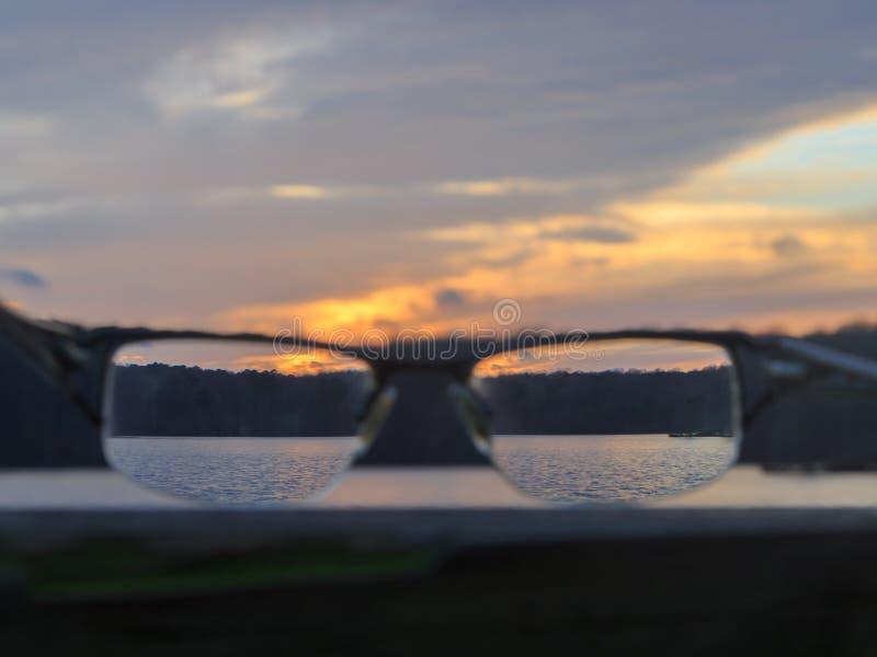 Sehen der Natur durch Gläser lizenzfreies stockbild