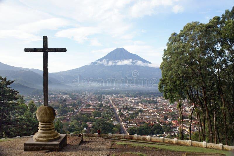 Sehen Sie Antigua Guatemala und den Vulkan vom Beobachtung poin an lizenzfreies stockbild